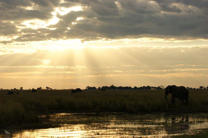 Sonnenuntergang über dem Wasser
