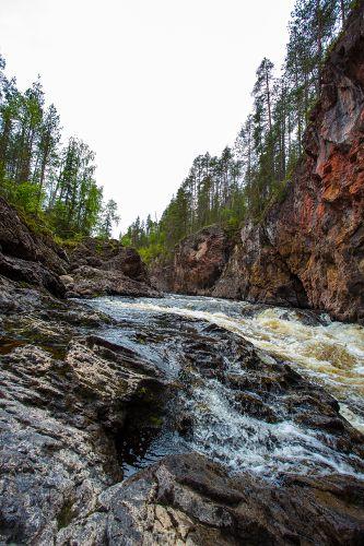 Ein wunderschöner kleiner Fluss inmitten der Natur